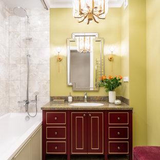 Idee per una stanza da bagno padronale classica di medie dimensioni con ante con bugna sagomata, ante rosse, vasca ad alcova, piastrelle beige, piastrelle in gres porcellanato, pareti verdi, pavimento in gres porcellanato, lavabo sottopiano, top in superficie solida, pavimento beige, doccia con tenda e top marrone