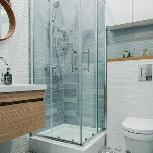 Свежая идея для дизайна: ванная комната в современном стиле с плоскими фасадами, серой плиткой, белой плиткой, душевой кабиной, душем с раздвижными дверями, фасадами цвета дерева среднего тона, угловым душем, инсталляцией, серым полом, белыми стенами и консольной раковиной - отличное фото интерьера