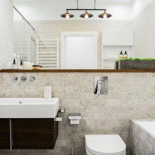 Неиссякаемый источник вдохновения для домашнего уюта: главная ванная комната в современном стиле с плоскими фасадами, ванной в нише, душем в нише, бежевой плиткой, серой плиткой, душем с раздвижными дверями, темными деревянными фасадами, инсталляцией, белыми стенами и консольной раковиной