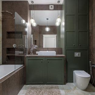 На фото: ванная комната в стиле современная классика с зелеными фасадами, ванной в нише, душем над ванной, коричневой плиткой, настольной раковиной, бежевым полом, коричневой столешницей, фасадами в стиле шейкер и унитазом-моноблоком с