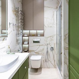 Свежая идея для дизайна: ванная комната в современном стиле с плоскими фасадами, зелеными фасадами, душем в нише, инсталляцией, бежевой плиткой, душевой кабиной, настольной раковиной, бежевым полом, душем с раздвижными дверями и тумбой под одну раковину - отличное фото интерьера
