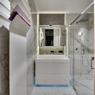 Свежая идея для дизайна: ванная комната в современном стиле с белыми фасадами, душем в нише, душевой кабиной, монолитной раковиной и белым полом - отличное фото интерьера