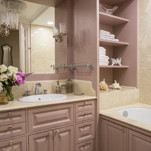 Новые идеи обустройства дома: главная ванная комната среднего размера в стиле современная классика с фасадами с выступающей филенкой, полновстраиваемой ванной, бежевой плиткой, мраморной плиткой, мраморным полом, мраморной столешницей, бежевым полом и накладной раковиной