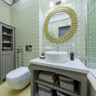 На фото: главная ванная комната в стиле современная классика с открытыми фасадами, серыми фасадами, душем над ванной, инсталляцией, зеленой плиткой, настольной раковиной и зелеными стенами с