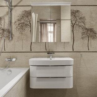 Пример оригинального дизайна интерьера: главная ванная комната среднего размера в современном стиле с белыми фасадами, ванной в нише, бежевой плиткой, керамической плиткой, полом из керамогранита, коричневым полом, плоскими фасадами, душем над ванной, шторкой для душа и монолитной раковиной