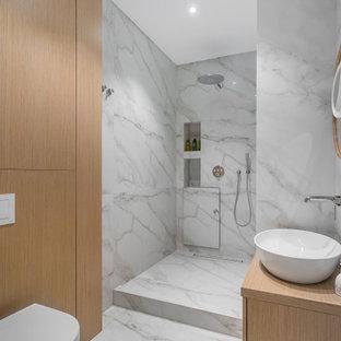 Стильный дизайн: ванная комната среднего размера в современном стиле с плоскими фасадами, душем в нише, инсталляцией, душевой кабиной, настольной раковиной, открытым душем, тумбой под одну раковину, светлыми деревянными фасадами, серой плиткой, керамогранитной плиткой, столешницей из дерева, серым полом, бежевой столешницей и нишей - последний тренд