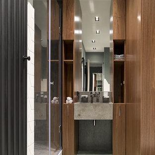 На фото: ванная комната в современном стиле с плоскими фасадами, фасадами цвета дерева среднего тона, душем в нише, душевой кабиной, монолитной раковиной, белым полом и душем с распашными дверями с