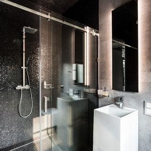 Стильный дизайн: ванная комната среднего размера в современном стиле с душем без бортиков, полом из керамогранита, душевой кабиной, серым полом, черной плиткой, серой плиткой, плиткой мозаикой, серыми стенами, раковиной с пьедесталом и душем с раздвижными дверями - последний тренд