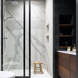 Свежая идея для дизайна: ванная комната в современном стиле с плоскими фасадами, душем в нише, душевой кабиной, белым полом, душем с раздвижными дверями, черной плиткой и белой столешницей - отличное фото интерьера