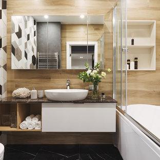 На фото: главные ванные комнаты в современном стиле с плоскими фасадами, белыми фасадами, душем над ванной, разноцветной плиткой, настольной раковиной, черным полом, душем с раздвижными дверями и черной столешницей