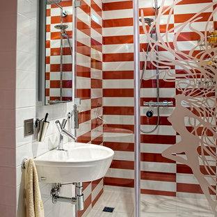 На фото: ванная комната в современном стиле с душем в нише, белой плиткой, оранжевой плиткой, душевой кабиной и подвесной раковиной с