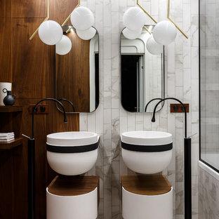 Неиссякаемый источник вдохновения для домашнего уюта: ванная комната в современном стиле с плоскими фасадами, белыми фасадами, белой плиткой, коричневыми стенами, подвесной раковиной и белым полом