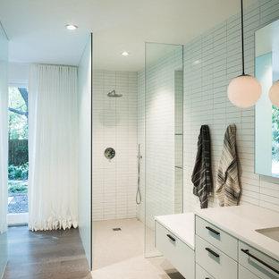 Свежая идея для дизайна: ванная комната в современном стиле с плоскими фасадами, белыми фасадами, душем без бортиков, белой плиткой, белыми стенами, темным паркетным полом, врезной раковиной, коричневым полом, открытым душем, белой столешницей, тумбой под две раковины и подвесной тумбой - отличное фото интерьера