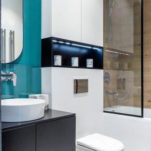 Источник вдохновения для домашнего уюта: ванная комната среднего размера в современном стиле с плоскими фасадами, серыми фасадами, ванной в нише, душем над ванной, инсталляцией, бежевой плиткой, керамогранитной плиткой, синими стенами, полом из керамогранита, настольной раковиной, белым полом и серой столешницей