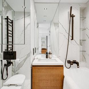 Свежая идея для дизайна: большая главная ванная комната в современном стиле с душем над ванной, инсталляцией, белой плиткой, мраморной плиткой, мраморным полом, шторкой для ванной, фасадами цвета дерева среднего тона, ванной в нише, врезной раковиной и белой столешницей - отличное фото интерьера