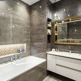 На фото: главная ванная комната в современном стиле с плоскими фасадами, белыми фасадами, ванной в нише, душем над ванной, коричневой плиткой, накладной раковиной, белой столешницей, коричневыми стенами, бежевым полом и открытым душем с