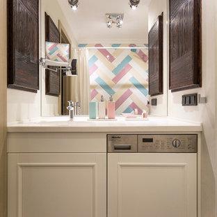 На фото: главная ванная комната в современном стиле с белыми фасадами, белыми стенами, монолитной раковиной и коричневым полом с