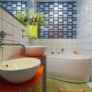 Modernes Badezimmer mit Aufsatzwaschbecken, Eckbadewanne, farbigen Fliesen, Mosaikfliesen, grünem Boden und oranger Waschtischplatte in Moskau