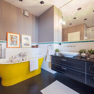 Удачное сочетание для дизайна помещения: главная ванная комната в современном стиле с фасадами в стиле шейкер, черными фасадами, отдельно стоящей ванной, белой плиткой, серыми стенами и настольной раковиной - самое интересное для вас
