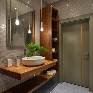 Ispirazione per una stanza da bagno con doccia design con lavabo a bacinella, top in legno, pavimento grigio, nessun'anta, ante in legno scuro, zona vasca/doccia separata, piastrelle grigie, piastrelle diamantate, pareti grigie, doccia aperta e top marrone