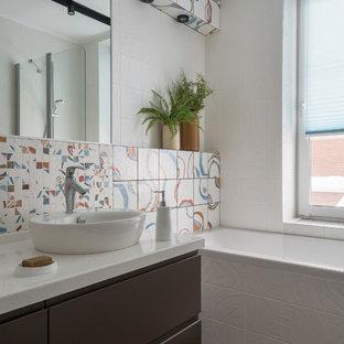 Свежая идея для дизайна: главная ванная комната в современном стиле с плоскими фасадами, коричневыми фасадами, ванной в нише, белой плиткой, разноцветной плиткой, настольной раковиной, серым полом и белой столешницей - отличное фото интерьера