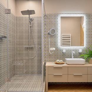 На фото: ванная комната в современном стиле с плоскими фасадами, бежевыми фасадами, угловым душем, разноцветной плиткой, коричневыми стенами, настольной раковиной, коричневым полом, душем с распашными дверями и бежевой столешницей с
