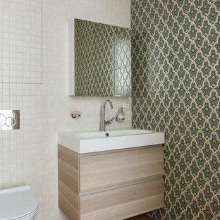 モスクワの小さいトランジショナルスタイルのおしゃれなバスルーム (浴槽なし) (フラットパネル扉のキャビネット、ベージュのキャビネット、洗い場付きシャワー、壁掛け式トイレ、マルチカラーのタイル、セラミックタイル、緑の壁、モザイクタイル、壁付け型シンク、珪岩の洗面台、茶色い床、開き戸のシャワー、白い洗面カウンター、トイレ室、洗面台1つ、フローティング洗面台、折り上げ天井) の写真