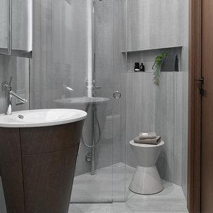 Пример оригинального дизайна: ванная комната среднего размера в современном стиле с серой плиткой, керамогранитной плиткой, полом из керамогранита, душевой кабиной, раковиной с пьедесталом, серым полом, душем с раздвижными дверями и душем без бортиков