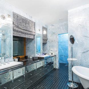 Идея дизайна: большая главная ванная комната в стиле современная классика с синей плиткой, мраморной плиткой, мраморным полом, мраморной столешницей, черным полом, серыми стенами, фасадами островного типа, отдельно стоящей ванной и настольной раковиной