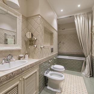 Idee per una stanza da bagno padronale classica con vasca da incasso, piastrelle verdi, piastrelle beige, lavabo da incasso, ante a persiana, ante beige, bidè, piastrelle diamantate, pareti beige, top piastrellato, pavimento verde, doccia con tenda e top beige