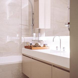 Idées déco pour une salle de bain principale contemporaine avec des portes de placard beiges, un carrelage beige et un sol beige.