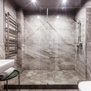Удачное сочетание для дизайна помещения: ванная комната в современном стиле с душем в нише, серой плиткой, душевой кабиной, подвесной раковиной и серым полом - самое интересное для вас