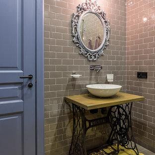 Стильный дизайн: ванная комната в стиле лофт с желтой плиткой, серой плиткой, серыми стенами и настольной раковиной - последний тренд