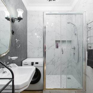 Идея дизайна: ванная комната в современном стиле с угловым душем, белой плиткой, серой плиткой, керамогранитной плиткой, полом из керамогранита, душевой кабиной, раковиной с пьедесталом, коричневым полом, душем с раздвижными дверями и серыми стенами