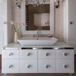 Стильный дизайн: ванная комната в стиле современная классика с плоскими фасадами, белыми фасадами, бежевой плиткой, настольной раковиной, бежевым полом и белой столешницей - последний тренд