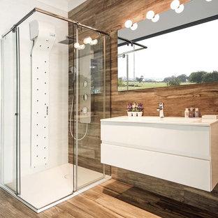 Свежая идея для дизайна: ванная комната среднего размера в современном стиле с белыми фасадами, душевой кабиной, столешницей из искусственного камня, коричневым полом, душем с раздвижными дверями и монолитной раковиной - отличное фото интерьера