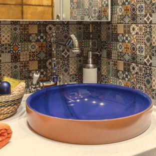 Idee per una stanza da bagno con doccia bohémian di medie dimensioni con ante lisce, ante blu, doccia alcova, piastrelle multicolore, piastrelle in ceramica, pareti arancioni, pavimento in gres porcellanato, lavabo a bacinella e top in superficie solida