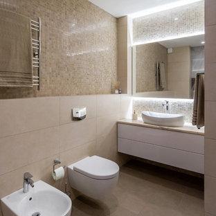 Свежая идея для дизайна: главная ванная комната в современном стиле с плоскими фасадами, белыми фасадами, отдельно стоящей ванной, биде, бежевой плиткой, плиткой мозаикой, настольной раковиной, бежевым полом и бежевой столешницей - отличное фото интерьера