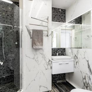 Неиссякаемый источник вдохновения для домашнего уюта: ванная комната в современном стиле с плоскими фасадами, белыми фасадами, угловым душем, черно-белой плиткой, черной плиткой, душевой кабиной, настольной раковиной, черным полом и душем с распашными дверями