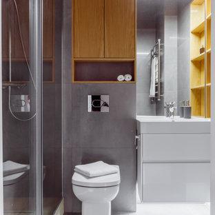 Свежая идея для дизайна: ванная комната среднего размера в современном стиле с плоскими фасадами, белыми фасадами, душем в нише, инсталляцией, серой плиткой, керамогранитной плиткой, полом из керамогранита, душевой кабиной, серым полом, белой столешницей, тумбой под одну раковину и подвесной тумбой - отличное фото интерьера