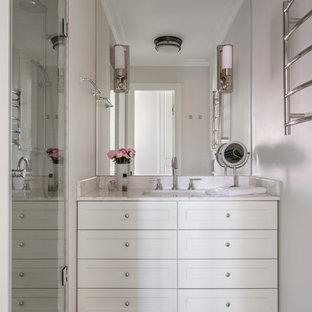 На фото: ванная комната в современном стиле с фасадами с утопленной филенкой, белыми фасадами, душевой кабиной, врезной раковиной и белой столешницей