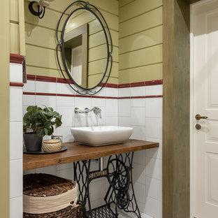 Неиссякаемый источник вдохновения для домашнего уюта: ванная комната в стиле кантри с белой плиткой, настольной раковиной и коричневой столешницей