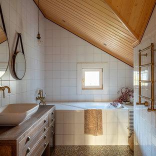 Свежая идея для дизайна: ванная комната в белых тонах с отделкой деревом в стиле кантри - отличное фото интерьера