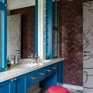Идея дизайна: ванная комната среднего размера в стиле современная классика с полом из керамогранита, врезной раковиной, столешницей из искусственного камня, разноцветным полом, бежевой столешницей, синими фасадами, фасадами в стиле шейкер и разноцветными стенами