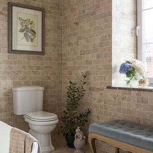 Свежая идея для дизайна: ванная комната среднего размера в стиле современная классика с отдельно стоящей ванной, раздельным унитазом, бежевой плиткой, мраморной плиткой и бежевым полом - отличное фото интерьера