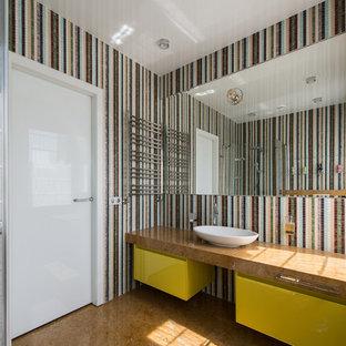 Ispirazione per una stanza da bagno per bambini di medie dimensioni con ante lisce, ante gialle, doccia aperta, WC sospeso, piastrelle multicolore, piastrelle a mosaico, pareti multicolore, pavimento in marmo, lavabo da incasso, top in marmo, pavimento giallo, porta doccia scorrevole e top giallo