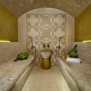 Immagine di una piccola sauna mediterranea con piastrelle beige, pavimento in marmo, lavabo a colonna, piastrelle a mosaico e pareti gialle