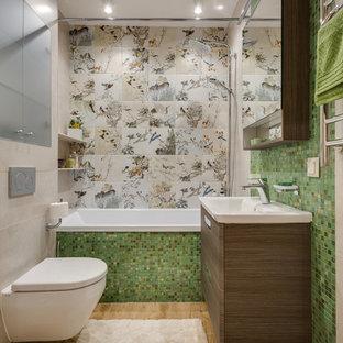 Неиссякаемый источник вдохновения для домашнего уюта: главная ванная комната среднего размера с плоскими фасадами, фасадами цвета дерева среднего тона, ванной в нише, душем над ванной, инсталляцией, бежевой плиткой, зеленой плиткой, плиткой мозаикой, монолитной раковиной, коричневым полом и шторкой для ванной