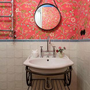 На фото: ванная комната в викторианском стиле с белой плиткой, красными стенами и темным паркетным полом с