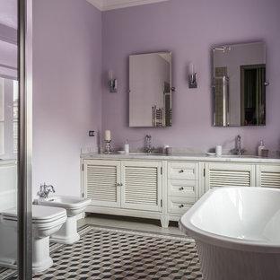 Свежая идея для дизайна: большая главная ванная комната в стиле современная классика с белыми фасадами, раздельным унитазом, разноцветным полом, фасадами с филенкой типа жалюзи, отдельно стоящей ванной, угловым душем, фиолетовыми стенами и врезной раковиной - отличное фото интерьера